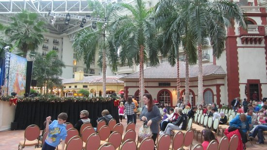 Gaylord Palms Resort & Convention Center: Holiday concert during the day