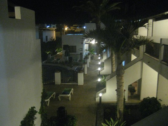 Las Lilas Apartments: View of the pool by night