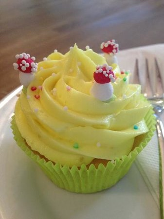 Blueberrys Juice Bar: lemon cupcake