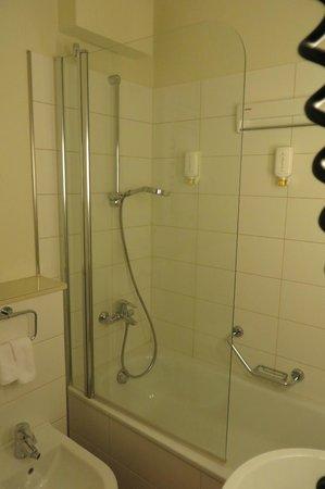 Ramada Hotel Arcadia : Bath with drying rack