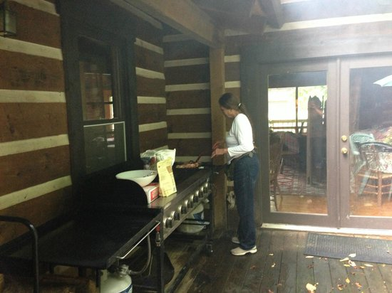 Creekwalk Inn and Cabins: Janice and her AMAZING breakfasts!