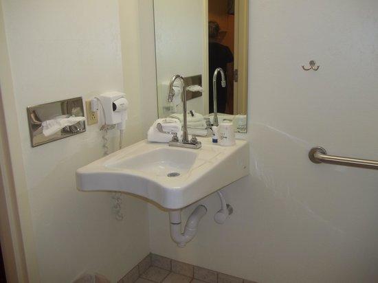 Microtel Inn & Suites by Wyndham Plattsburgh : salle de bain 2