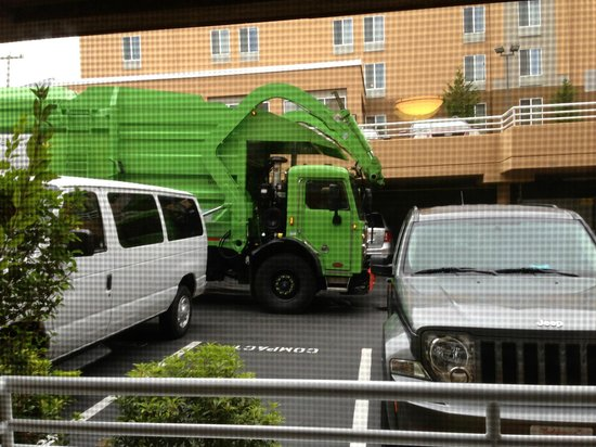Hampton Inn & Suites Seattle Downtown: Dumpster truck right outside room