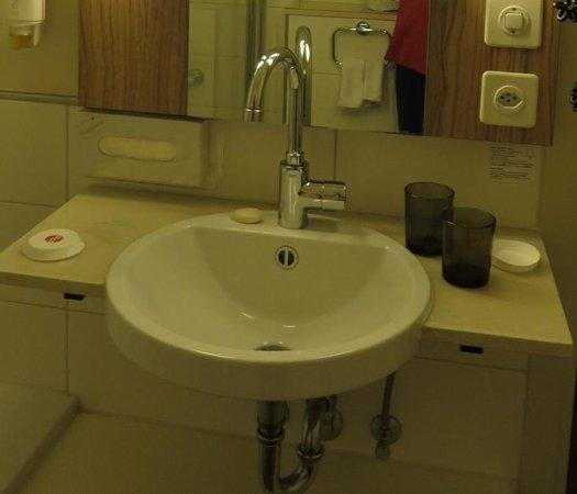 Ramada Hotel Arcadia : Sink