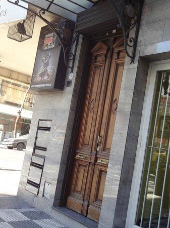 Complejo Tango Hotel Boutique: Fachada real do hotel, essa porta de madeira e não a esquina inteira como demostra a foto.