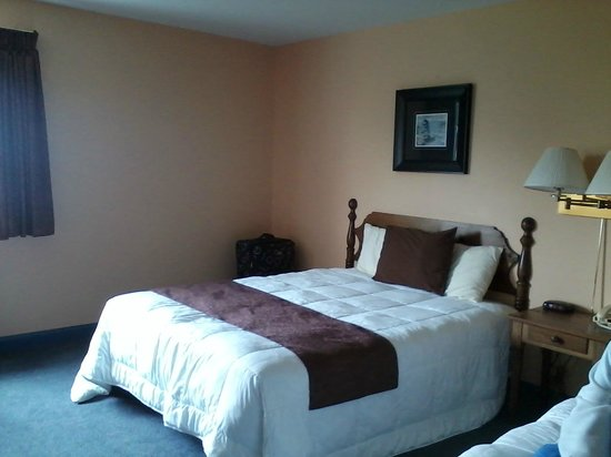 Stanley Bridge Country Resort : Comfy beds - spacious room.