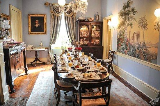 Historic Oak Hill Inn : Beautiful breakfast table!