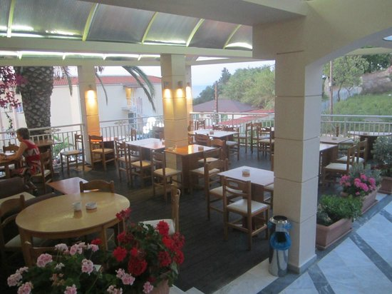 Commodore Hotel: терраса, где проходили завтраки