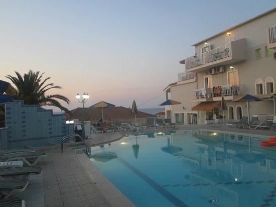 Commodore Hotel: бассейн