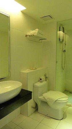 Hotel Sentral Georgetown: Bathroom