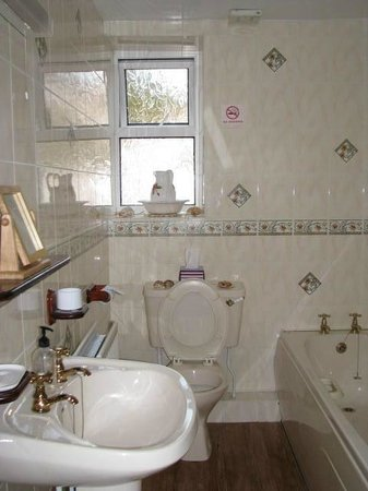 Carno House: Bathroom - Town View room.