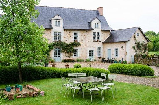 Manoir du Bois de Grez: Outside of main house