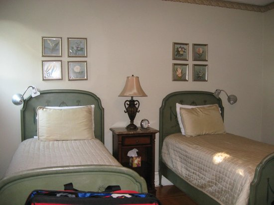 The Country Squire B&B: Cute twin beds were very comfortable! Linens nice!