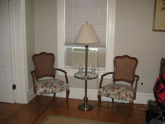 The Country Squire B&B: Plenty of seating and great homey lighting.