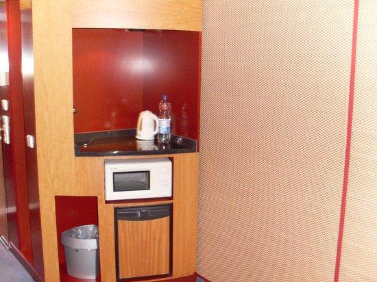 Kühlschrank, Microwelle und Wasserkocher (kein Geschirr/Besteck ...