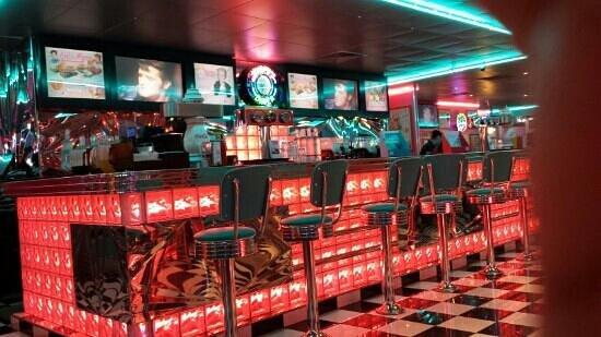 Tommy's Diner Le Pontet : ambiance US garantie avec la deco et musique d elvis