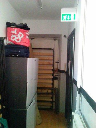 Hostel Happy Days: Uscita d'emergenza e corridoio
