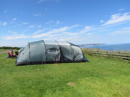Crows Nest Caravan Park: our tent piched up on the cliff edge