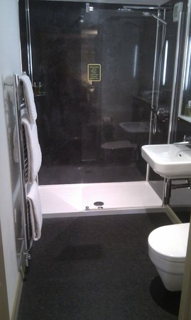 The Auberge: Lovely shower, shame there's no bath.