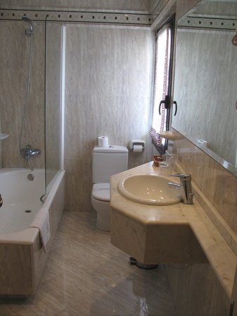 Loiu Hotel : Bathroom