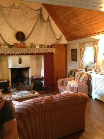Cloch na Scith Thatched Cottage: Main sitting room