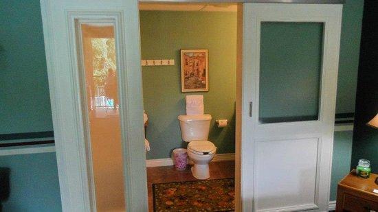 ذا لودج: bathroom