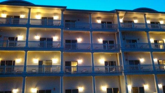 Blue Harbor Resort: Lake view side of hotel