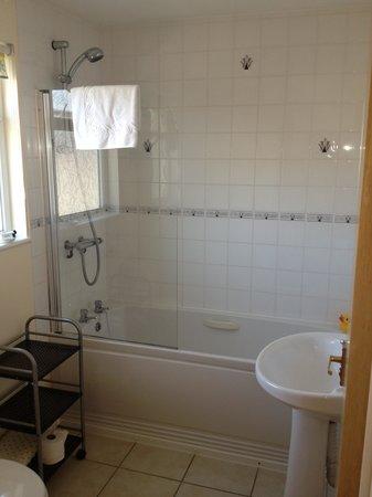 The Penellen Hotel: Badezimmer mit Fenster