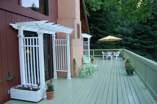 Trinity River Adventure Inn River Lodging: New arbors on the deck of Alpen Glow