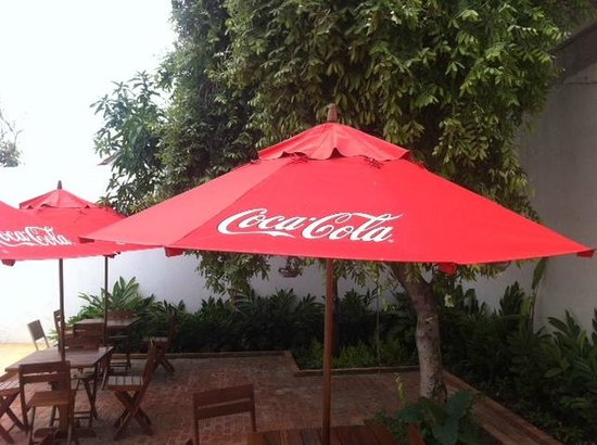 Casa Bustamante Hotel Boutique: Free, cheap, hard, un -cushioned Coca cola tables and chars.