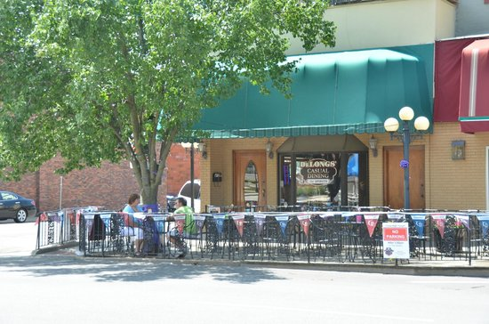 DeLongs Casual DIning : Nice outdoor seating area right on the square.