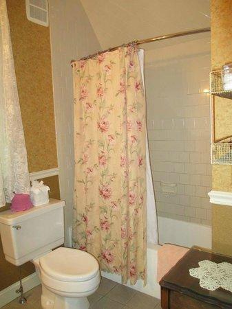Hearthside B&B : Canterbury Court Bathroom
