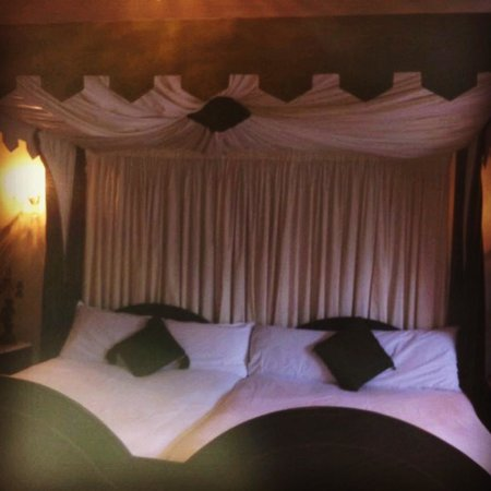 Kinnitty Castle Hotel: Our bed for the night