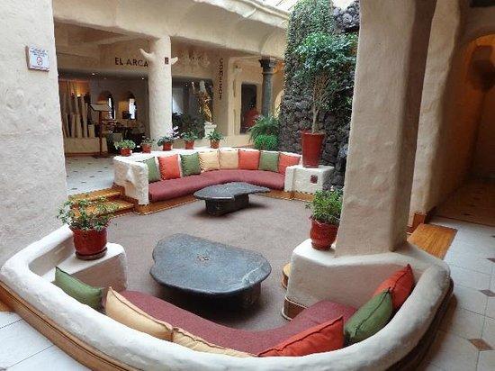 San Agustin International Hotel: Sala de descanso junto a comedor y recepción