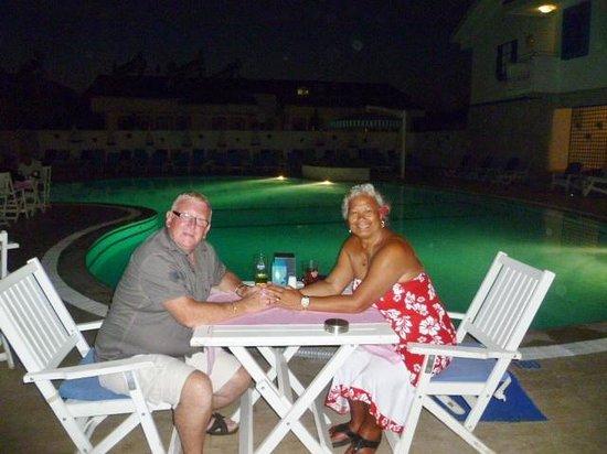 Monta Verde Hotel & Villas: Dinning round the pool