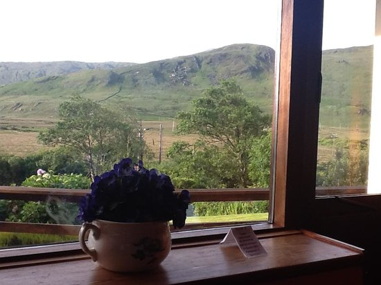 Kylemore Pass Hotel : The view from the front left bedroom. Heaven.