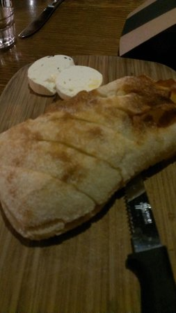 Beltana Hotel-Motel: Entree of bread