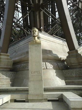 Monumento en la torre a su creador g eiffel fotograf a for Creador de la torre eiffel