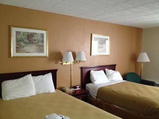 Howard Johnson Bartonsville/Poconos Area: Our room for the night.. Very comfortable!