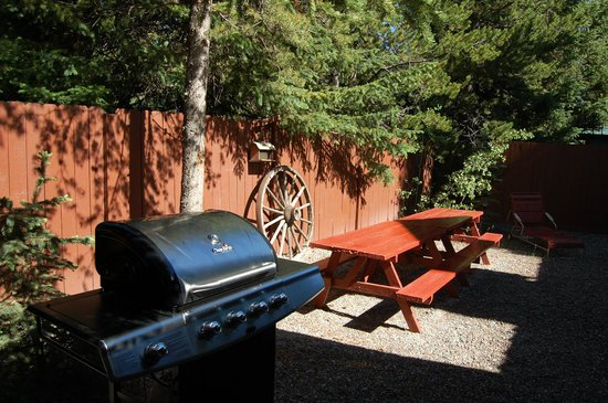 Wagon Wheel RV Campground and Cabins: View of  the private yard