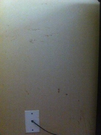 La Quinta Inn & Suites Pittsburgh North: splatters on the walls that were easily wiped off..