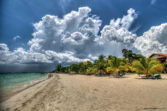 Charela Inn / Le Vendome: Expansive beach..
