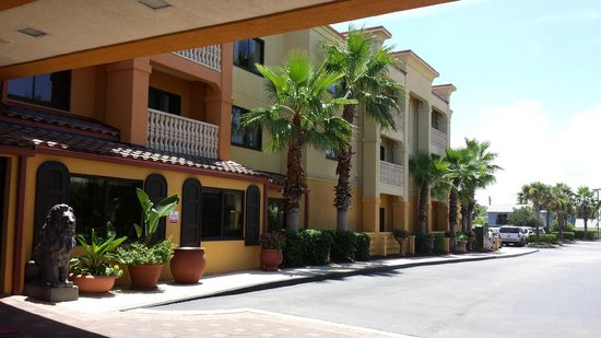 Hampton Inn & Suites St. Augustine - Vilano Beach: Hotel & grounds