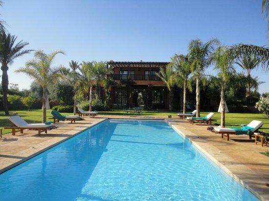 Villa Jardin Nomade: Vue de la villa depuis la magnifique piscine
