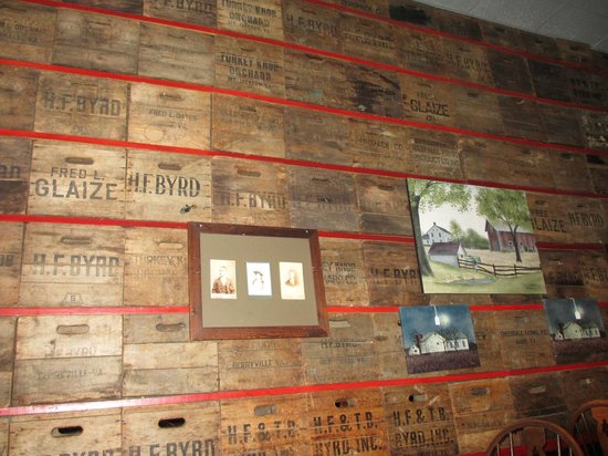 Johnny Appleseed Restaurant: Interior shot of some neat apple crates that form the wall.