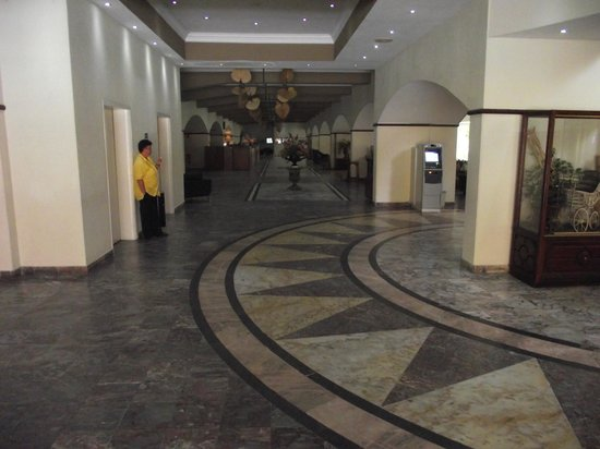 Plaza Hotel Curacao: HOTEL LOBBY AND ELEVATOR ACCESS