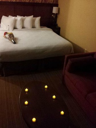 Courtyard Chicago Schaumburg: The King Bed (flowers and lights not included)