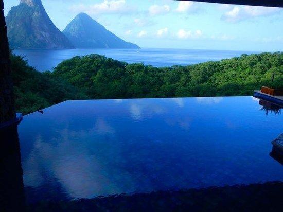 Jade Mountain Resort: evenings turn everything blue here...