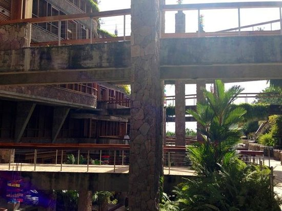Jade Mountain Resort: walkway to each sanctuary.  unique