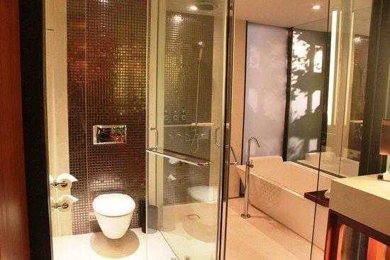 Hansar Bangkok Hotel: Clear glass bathroom